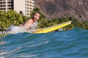 Nick-vujicic-surfando