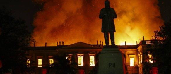Museu-Nacional-e-destruido-pelo-fogo
