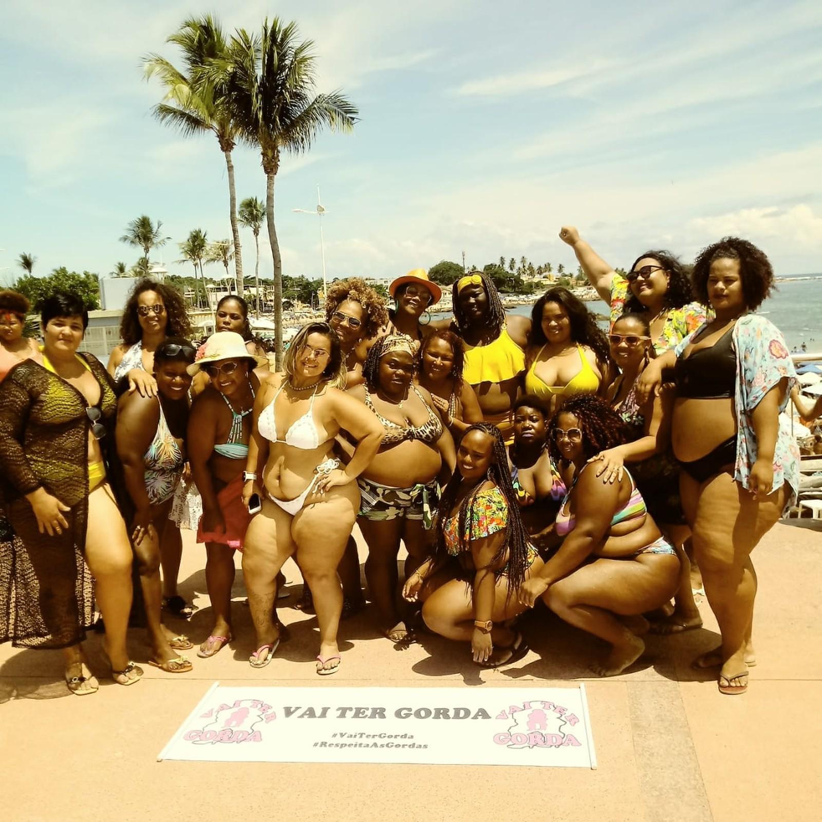 Vai Ter Gorda na Praia em 2019 - mulheres gordas em vários formatos de corpo numa pose para foto